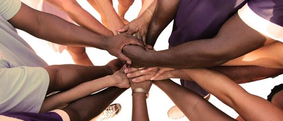 Eine Gruppe von vielfältigen Menschen bildet eine Einheit als T